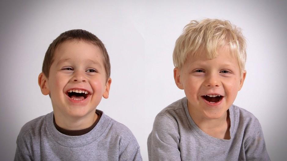lachende broertjes
