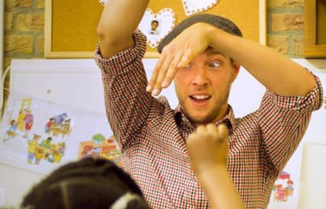 Man doet gebaren met kinderen