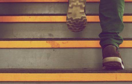 Kindervoetjes die een trap opklimmen