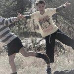 2 jongens balanceren op een steen