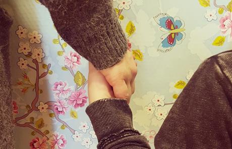 kinderhand in volwassen hand