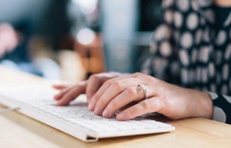Computertoetsenbord en typende handen