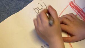 Kind tekent met links
