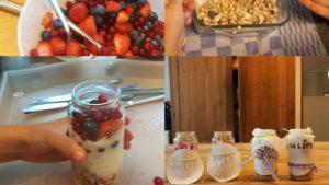 yoghurt met granola en rood fruit in potjes