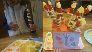 spiesjes met worstjes met een bladerdeegspiraal eromheen en een kerstomaatje en driehoekig stukje kaas er bovenop