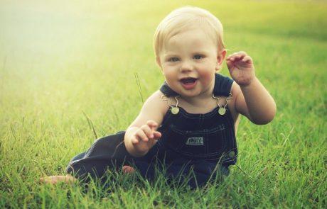 Baby zit zelfstandig in het gras