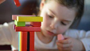 meisje bouwt met blokken