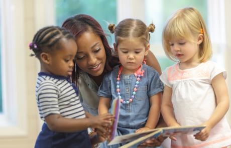 pedagogisch medewerker leest kinderen voor