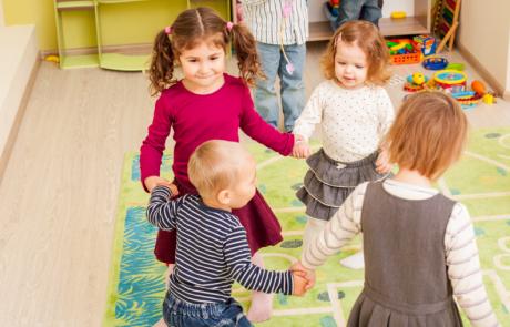 Dansende kinderen op het kinderdagverblijf